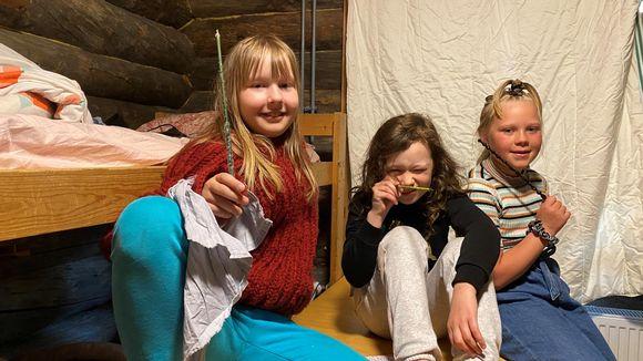 Video: Elle Kumpunen, Enni Talvitie ja Neea Kumpunen taikasauvojen kanssa.