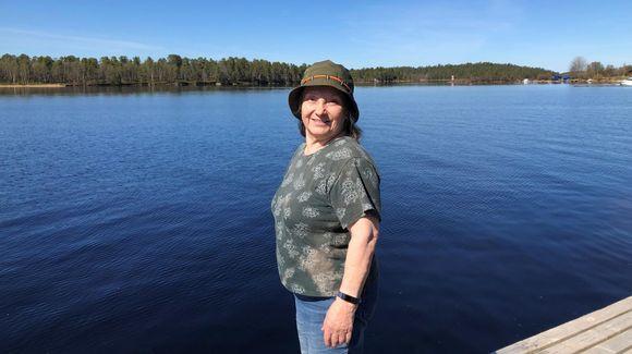 Rauni Mannermaa Veskoniemen satamassa, taustalla näkyy järveä.