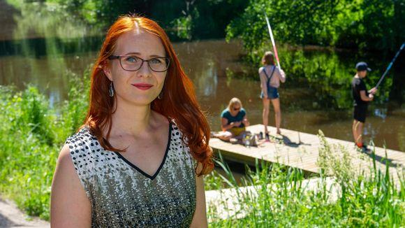 Työterveyspsykologi Mari Laari Kerava-joen rannalla.