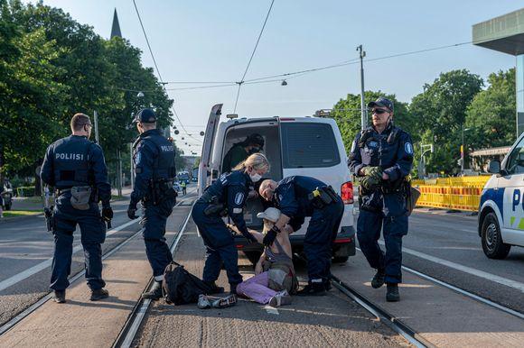 Elokapinan mielenosoitus Mannerheimintiellä 20. kesäkuuta 2021.