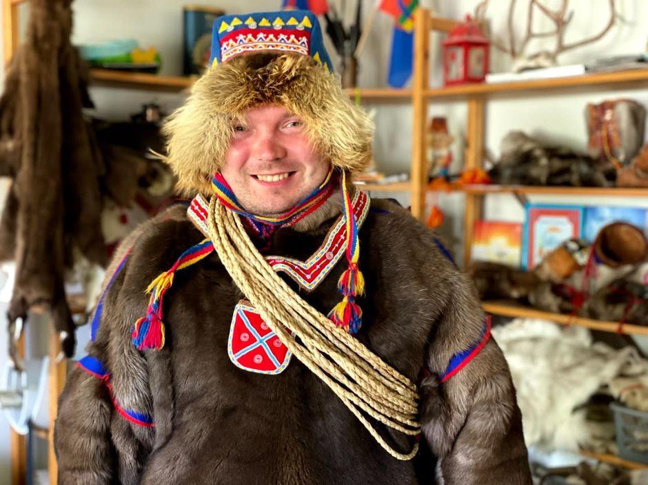 Semen Bolshunov perinteisessä peskissä ja lakissa. Takana näkyy käsitöitä.