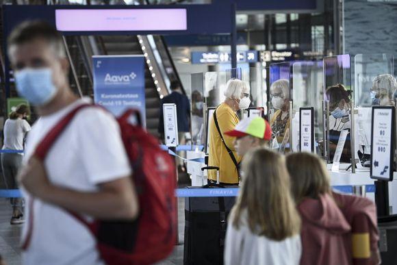 Lentomatkustajia lähtevien lentojen aulassa Helsinki-Vantaan lentokentällä 6. heinäkuuta 2021.