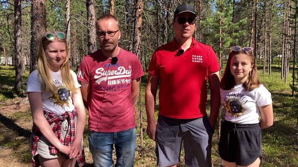 Video: Lassi Konttajärvi ja Aarno Parkkila tyttäriensä kanssa Sevettijärven hautausmaalla.