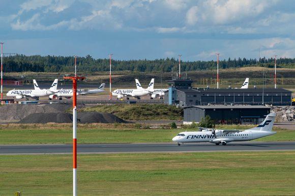 Finnairin lentokone platalla.