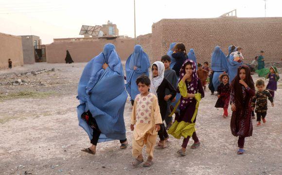 Afganistanin sisäisiä pakolaisia, burkhaan pukeutuneita naisia ja lapsia Heratin maakunnassa.