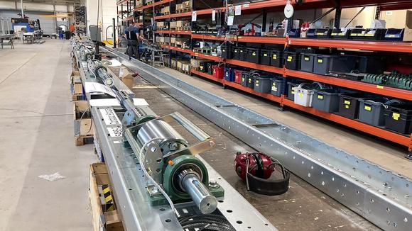 Nosto-ovien koneistoja Champion Doorin tuotantotiloissa Nivalassa.