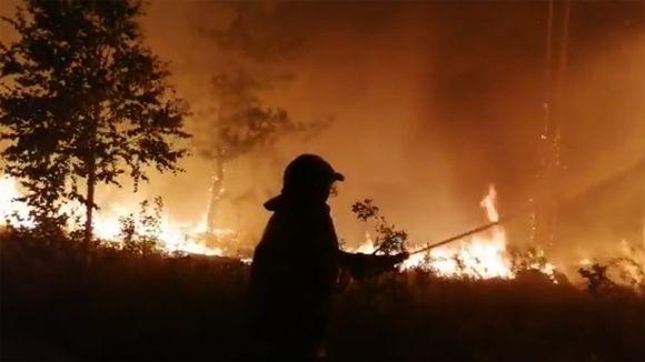 Palomies sammuttamassa paloa