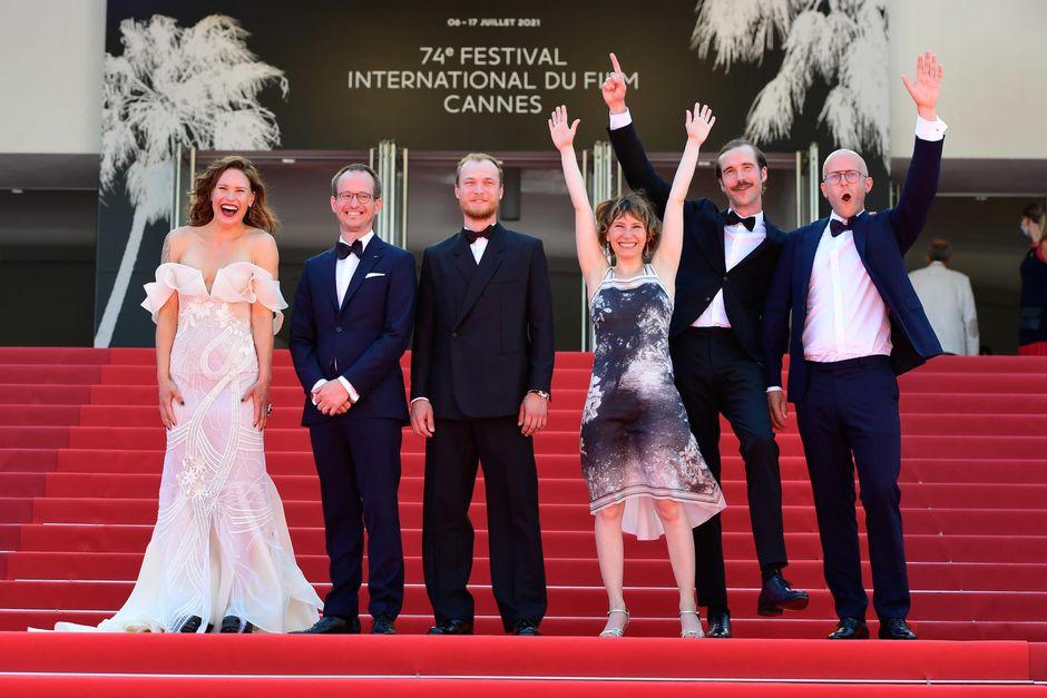 Hytti nro 6 -elokuvan tekijätiimi näyttelijä Seidi Haarla, ohjaaja Juho Kuosmanen, näyttelijät Juri Borisov, Dinara Drukarova ja Tomi Alatalo sekä tuottaja Jussi Rantamäki saapumassa elokuvan näytökseen Cannesin elokuvajuhlilla 10. heinäkuuta 2021