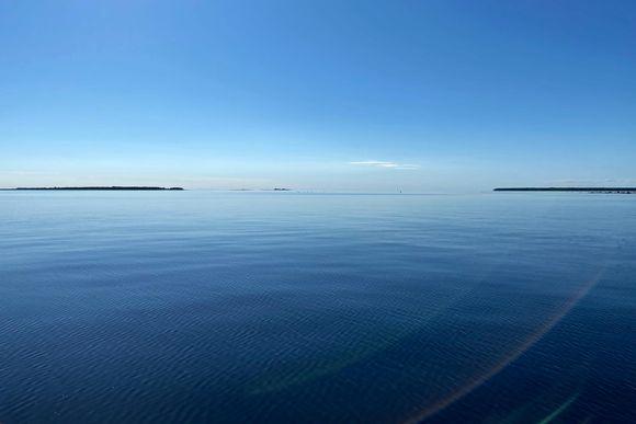Helteinen ja lähes tyyni Perämeren selkä. Horisontissa näkyy saaria.