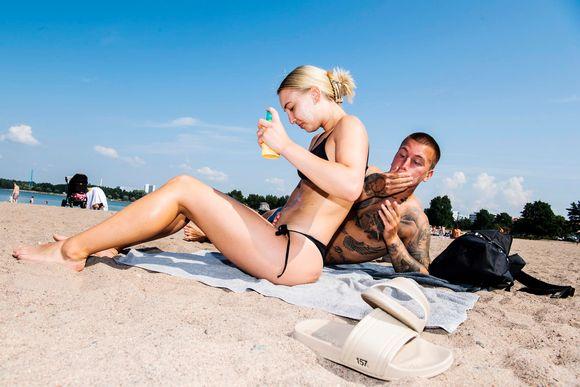 Johnny Holm ja Nadia Spennert ottivat aurinkoa Hietarannalla hellepäivänä.