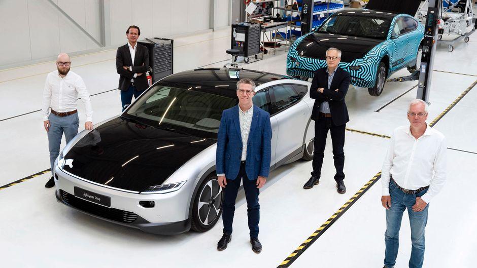 Miehiä Lightyear-yhtiön sähköauton ympärillä