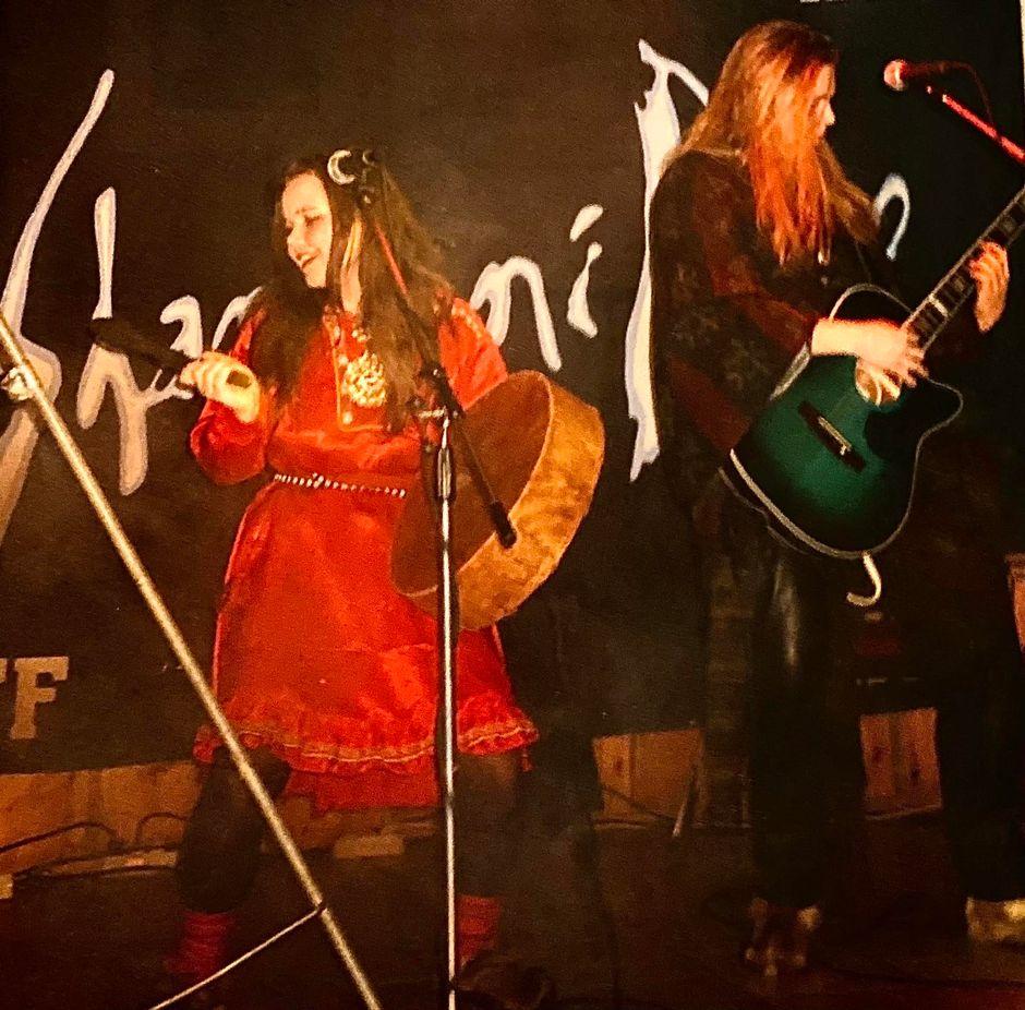 Maaren Aikio ja Jonne Järvelä esiintymässä Shamaani Duona 1990-luvulla.