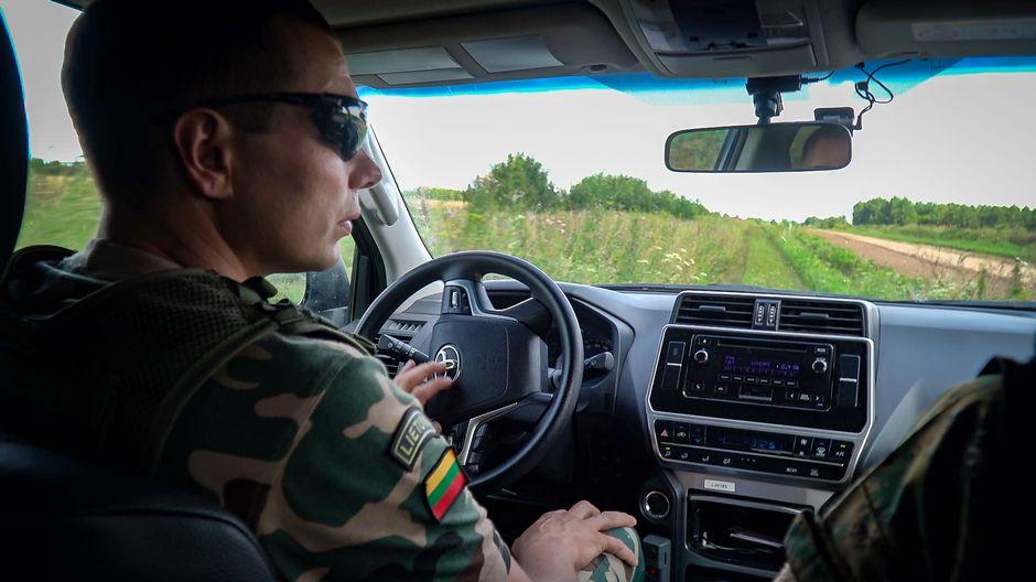 Liettualainen rajavartija autossa