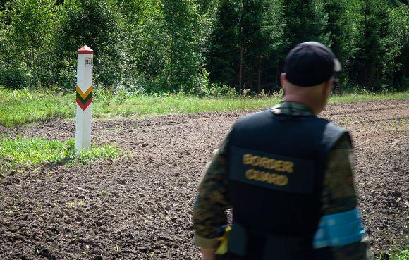 Suomalainen rajavartija partioi Liettuan Valko-Venäjän vastaista rajaa.