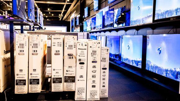 Myytäviä televisioita näytteillä kodinkoneliikkeessä.
