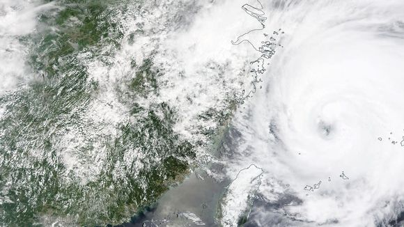 Meterologinen karttta, josta näkyy taifuunin rantauminen itärannikolle