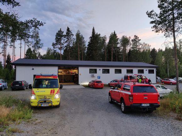 Pelastuslaitoksen ajoneuvoja Kalajoen maastopalon läheisyydessä.