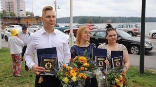 Samu Silventoinen, Eerika Pasanen, ja Sari Veijalainen saivat pelastuslaitokselta tunnustusplakaatit.