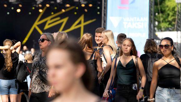 Maskittomia nuoria aikuisia Tikkurila Festivaaleilla.