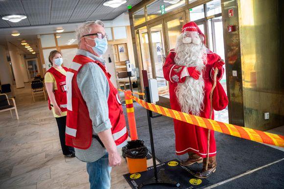 Joulupukki vierailee rokotuskeskuksessa.
