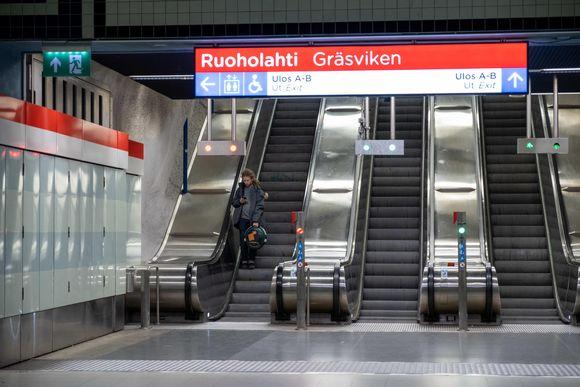 Ruoholahden metroaseman liukuportaat.
