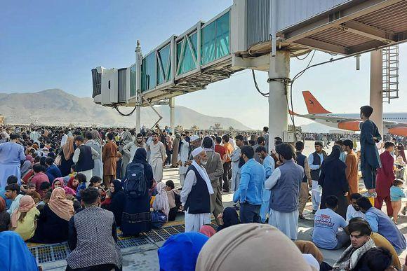 Ihmisiä pakkautuneena Kabulin lentokentälle.