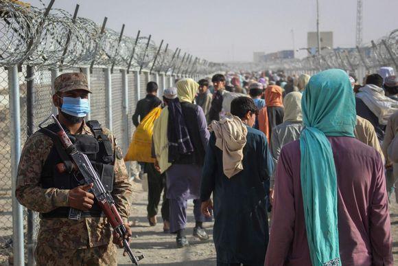 Pakistanilainen sotilas vartioi Pakistanin ja Afganistanin rajanylityspisteellä.