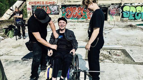 Den rullstolsbundna Petri Poikolainen får hjälp inför en scen.