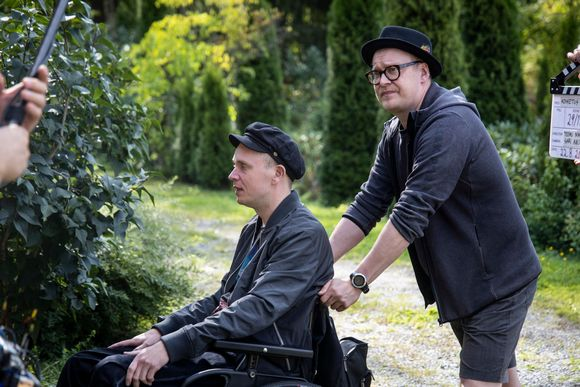 Teemu Nikki skuffar rullstolen som Petri Poikolainen sitter i.