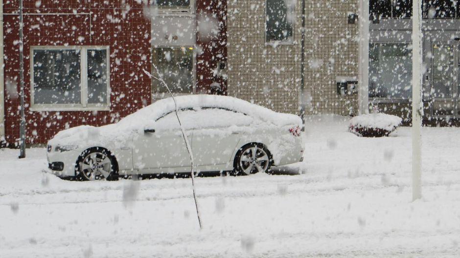 Auton päällä ja kadulla on runsaasti lunta ensimmäisen kerran syksyllä 2021