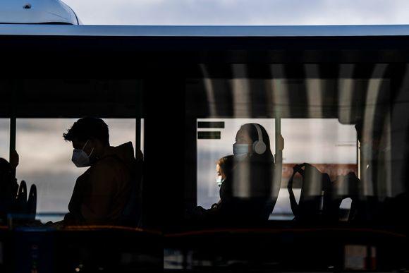 Kasvomaskia käyttävä henkilö aurinkoisena syyspäivänä Pasilassa 15. syyskuuta.