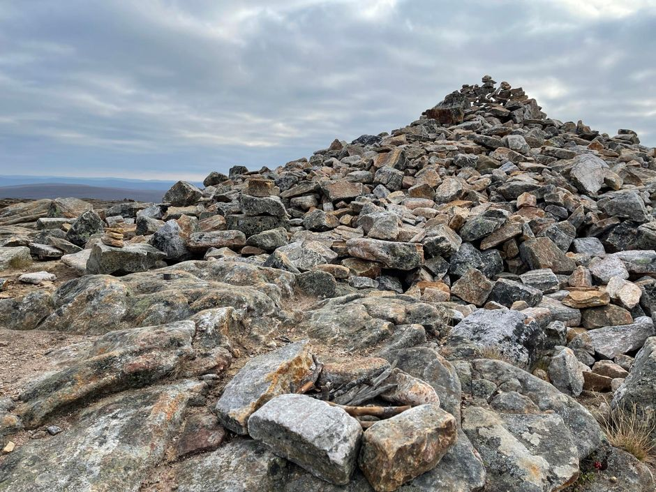 Turistien kokoama kiviasetelma Kiilopäällä.