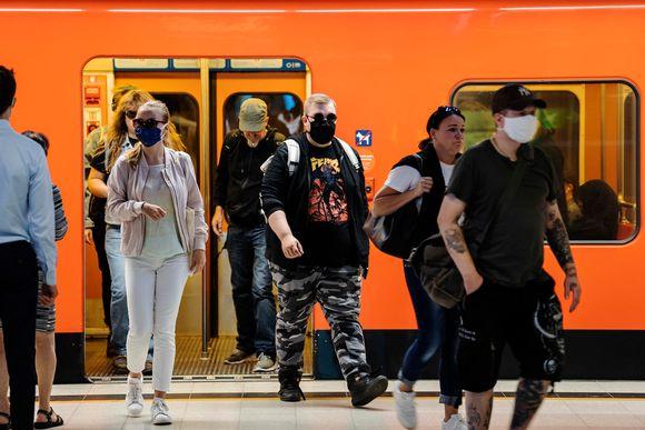 Kuvassa on ihmisiä metrossa Helsingin keskustassa elokuussa 2020.