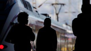 Kuvassa on kahden ihmisen siluetti Helsingissä 14. lokakuuta 2020.
