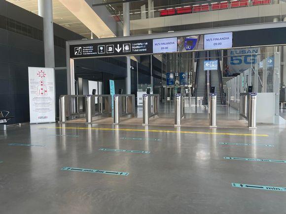 Säkerhetskontroll med spärrar som öppnas när man visar upp sin biljett.