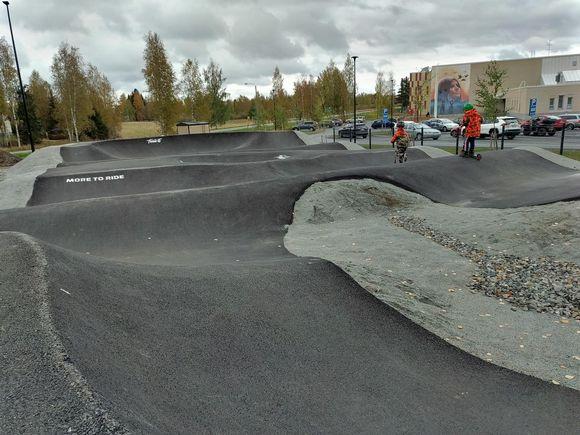 Polvijärven pumptrack-rata ja sillä ajavia lapsia.