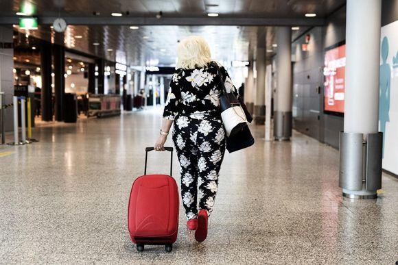 Matkustajia Helsinki-Vantaan lentokentällä 4. elokuuta.