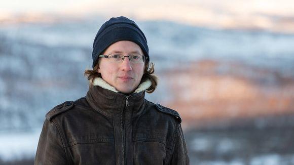 Aslak Holmberg taustanaan Rastigaisan tunturialue.