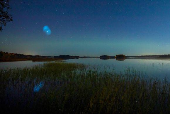 Valoilmiö öisellä taivaalla 27.9. ja 28.9. välisenä yönä Iisalmella.