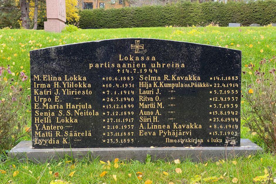Hautakivi Lokan partisaani-iskun uhrien muistolle.