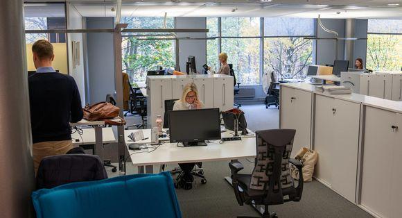 yleiskuva - avokonttori, jossa neljä henkilöä tekee työtään työpisteillään