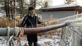 Video: Tauno Porsanger selvittelee verkkoja kotinsa pihalla Sevettijärvellä.