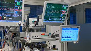 Erilaisia potilaiden terveyskäyriä kolmella eri monitorilla sairaalan teho-osastolla.