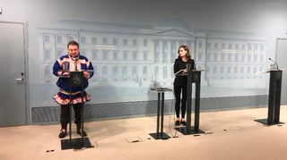 Saamelaiskäräjien puheenjohtaja Tuomas Aslak Juuso ja pääministeri Sanna Marin