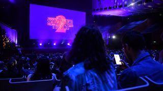 Netflixin suosittu Stranger Things -sarjasta tehdään mobiilipeli. Kuvassa fanit kerääntyivät sarjan toisen tuotantokauden ensi-iltaan Sydneyn oopperatalolle.