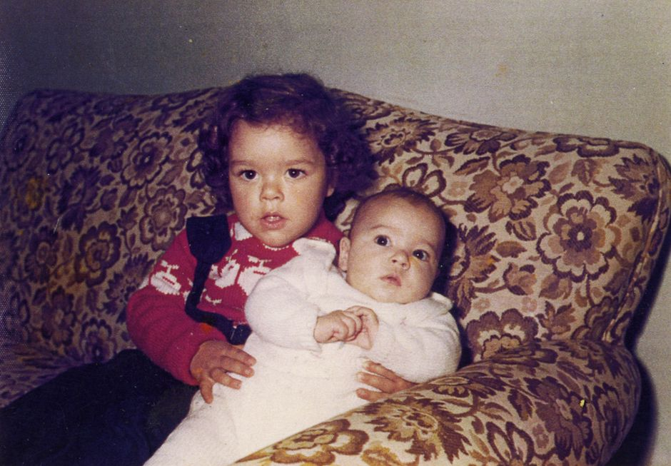 Kaksi lasta sohvalla.